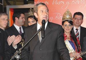 El vicepresidente Julio Cobos, junto a la Reina y la virreina de la Vendimia, deja abierta la exposición en La Rural.